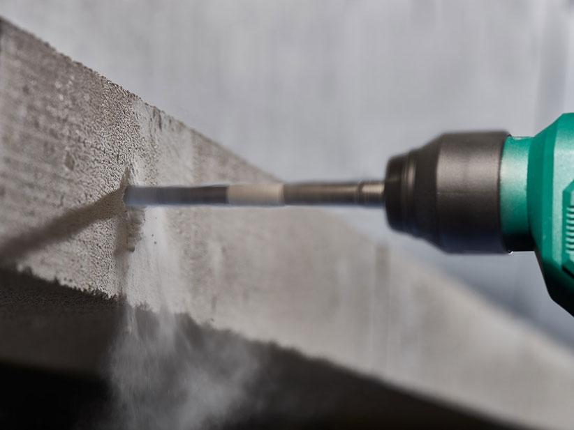 Bohrhammer bohrt in Beton