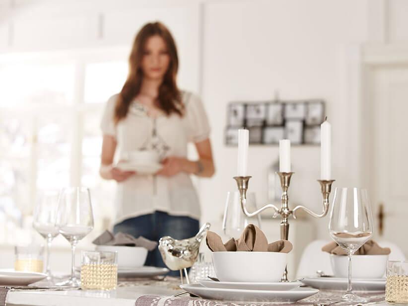 Weisses Geschirr Steht Auf Einem Edel Dekorierten Tisch
